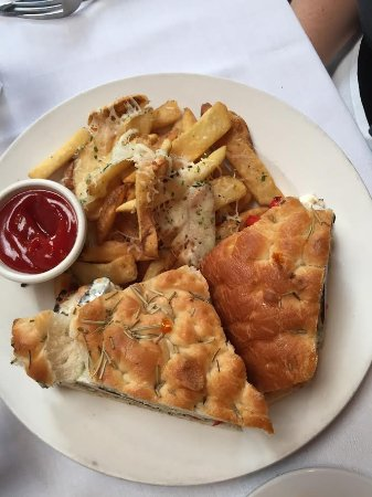 Long Beach, Nova York: Chicken sandwich with garlic and cheese fries