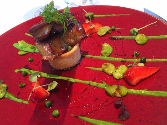 Le Ménestrel : Escalope de Foie Gras de Canard Poêlée, Fèves, Petits Pois et Fraises Gariguettes, Sirop de Vin