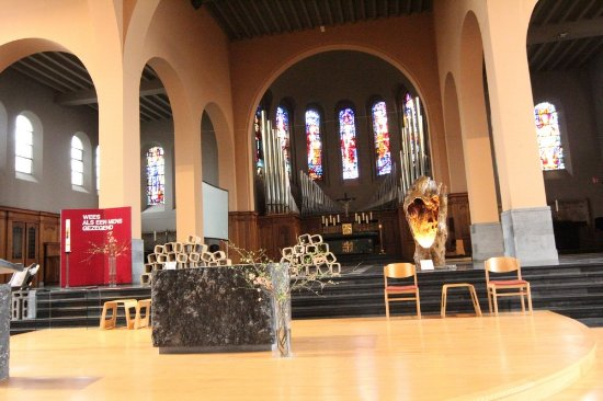 Torhout, België: The altar surrounded by stained-glass windows