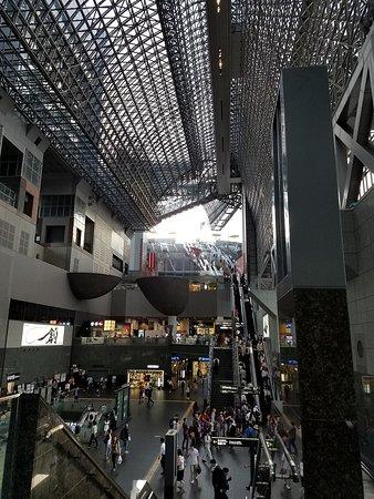 Hotel Granvia Kyoto: Looking from hotel's escalator into the main station common area