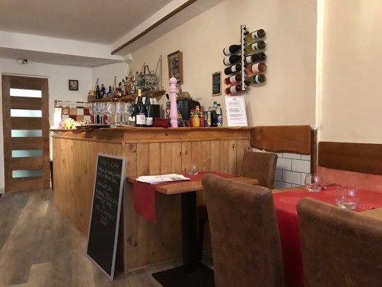 Prades, France: sencillo comedor pero acogedor.