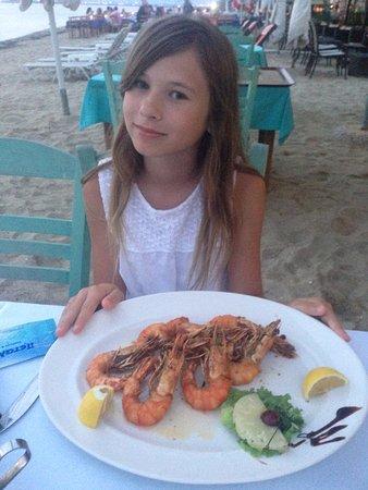 Peraia, Greece: Ребенок уже жить не может без этих креветок. Регулярно тащит меня в этот ресторан именно за ними