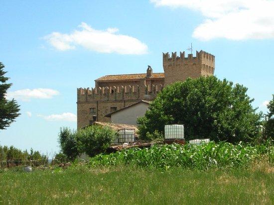 San Severino Marche, Italy: Veduta della rocca dalla strada