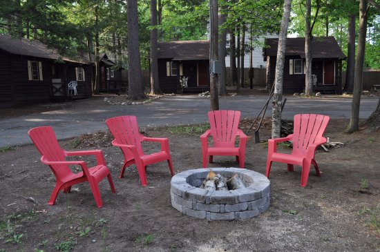 Pine Grove Cottages: Enjoy a campfire