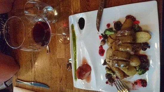 Sogndal Municipality, Norwegia: Fantastisk god mat. Hjortefilet var nydelig, også tiramisuen var god. Service innstilte betjentg