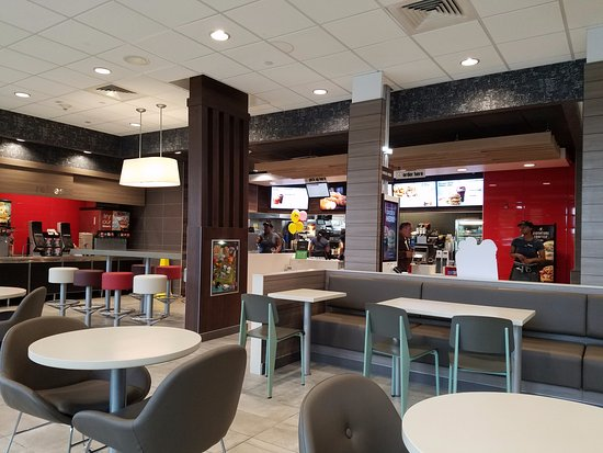 Lynbrook, Νέα Υόρκη: Check out the newly renovated McDonald's...so stylish & clean!