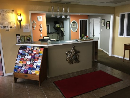Higginsville, MO: Lobby