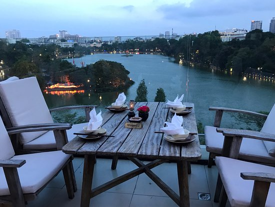 Cau Go Vietnamese Cuisine Restaurant: テラス席