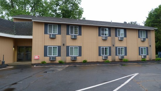 Putnam, CT: A few of the rooms are on the second floor. This appeas to be the newer section of the motel