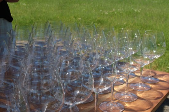 Carlton, OR: Glasses ready for the Memorial Day Weekend crowd
