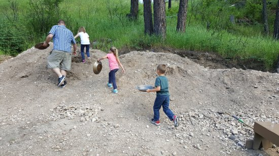 Wades Gold Mill : Choosing our dirt before we head over to the stream.