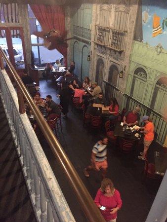 Salisbury, NC: Big room, peak dinner hour, no food on tables.