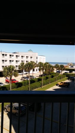Casa Del Mar Beachfront Suites: View overlooking the main parking lot.