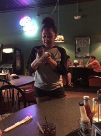 Galesburg, إلينوي: Waitress