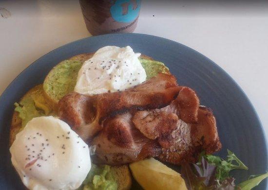 Wodonga, Australia: Smashed Avo with side of bacon