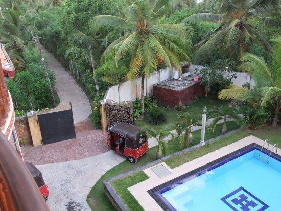 Panchi Villa: Blick auf den Pool und die Anlage