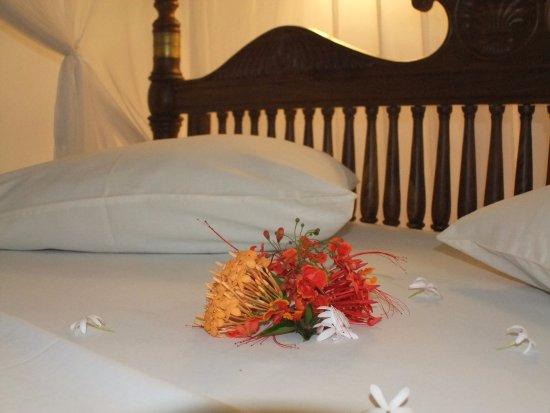 Panchi Villa: Blumengrüße auf dem Bett