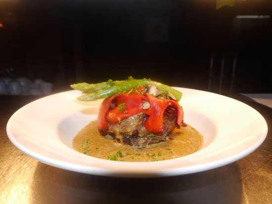 Aegean Restaurant & Pizzeria: Scotch fillet served on mushroom with stuffded pepper and a   pepper and parsley sauce