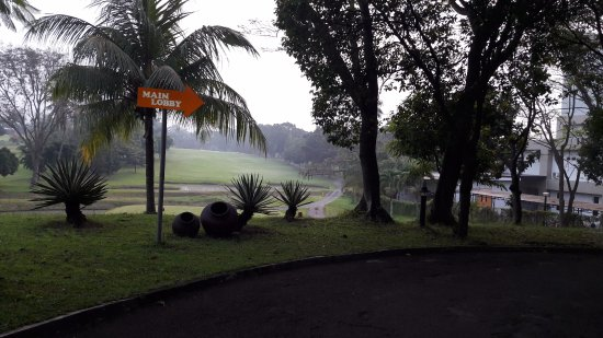 Cilegon, Indonesia: jalan menuju main lobby dengan pemandangan lap. golf