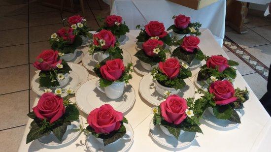 Bergkirchen, Jerman: kleine Tischdeko in Kaffeetassen mit Rose und Erdbeerblüten