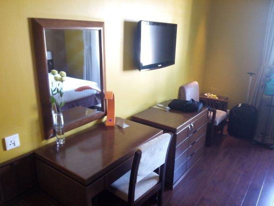 Grand Silverland Hotel & SPA: Desk and TV