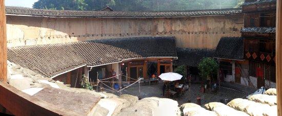 Weiqunlou Earth Building Hostel: il ristorantino interno