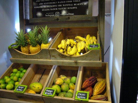 Kaneohe, HI: 売店で売ってる新鮮なフルーツ 珍しいカカオもあり