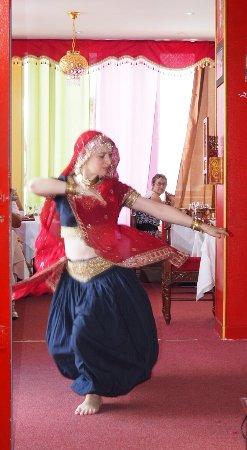 Gaillard, Francia: Dance traditionelle dans le Restaurant. Animation aimable ou on mange des très bon repas indienn