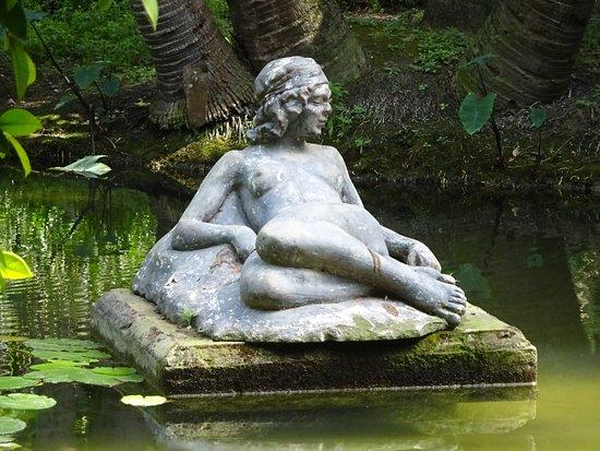 الجزائر العاصمة, الجزائر: Statue sur un lac du parc