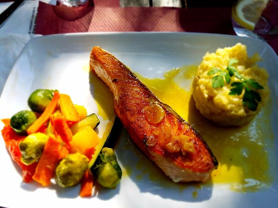Aroma Cafe & Secret Garden: lick your plate good salmon