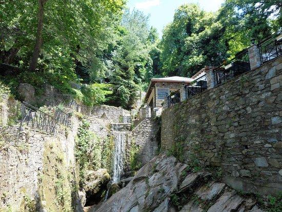 Makrinitsa, กรีซ: le cascatelle della piazza del paese