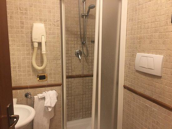 Hotel Verona: Habitación y baño