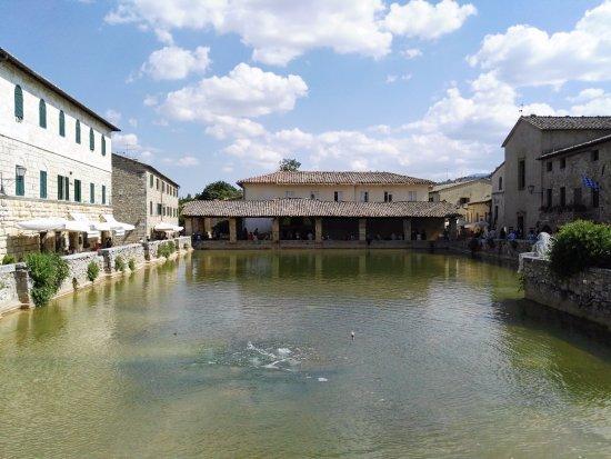 Bagno Vignoni:la piazza - Picture of Terme Bagno Vignoni, Bagno ...