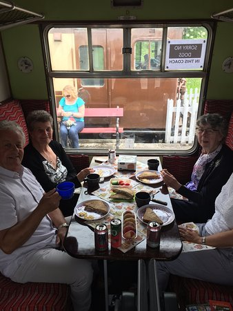 Wirksworth, UK: Enjoying our picnic on the train