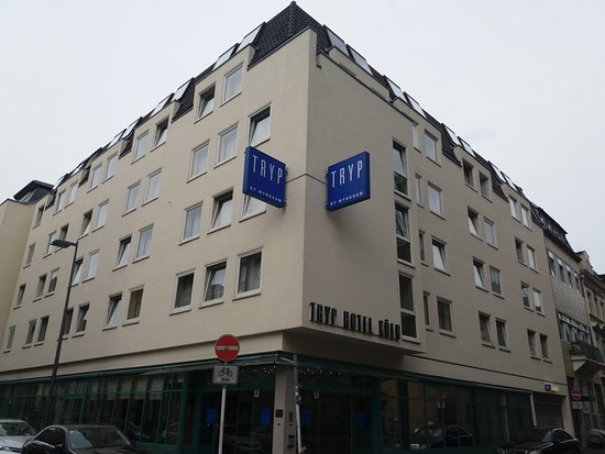TRYP by Wyndham Koeln City Centre: View from road