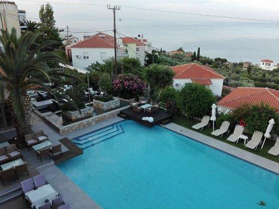 Agios Isidoros, Greece: Bakımlı bahçenin içinde tertemiz bir havuz.