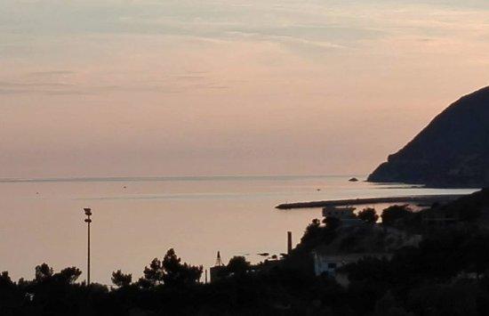 Agios Isidoros, Greece: Odanın balkonundan gün batımını seyretmek doyumsuz.