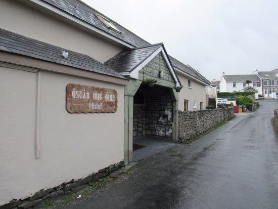 Hotel Inis Oirr: Hotel entrance on the side