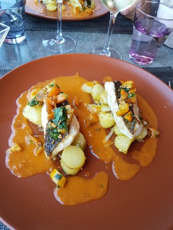 Flers, Франция: Filet de Saint Pierre, cubes d'orange gratinés, pommes de terre