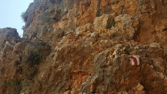 Arbel National Park : the red line is the trail marker across the cliff, see the handholds?