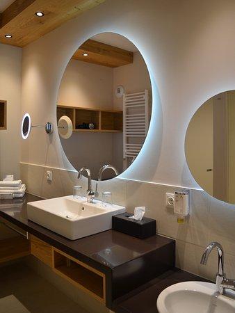 Falkensteiner Hotel Cristallo: geräumiges Badezimmer