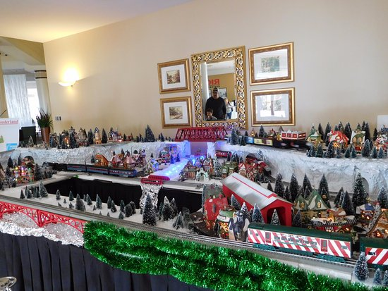 Rosen Plaza Hotel: Festive train set in the lobby