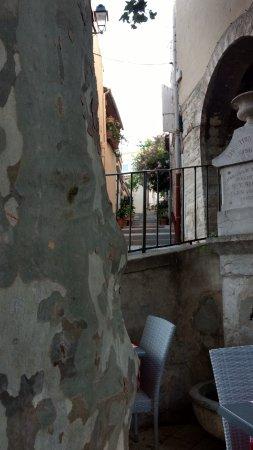 La Cadiere d'Azur, Francia: right next to a fountain