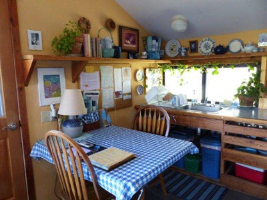 Three Rivers, Kalifornia: Kitchen table at Cort Cottage
