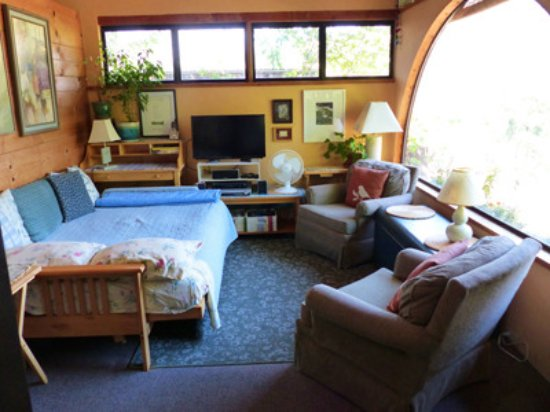 Three Rivers, Californien: View of living room with futon couch opened as a bed