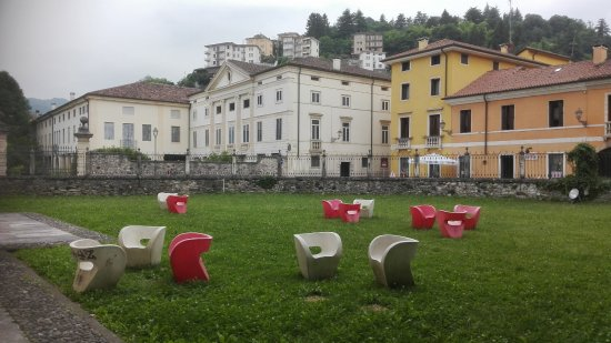 Valdagno, Itália: Altro angolo del giardino sul retro