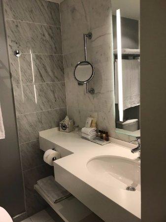 Sheraton Stockholm Hotel: Very nice bathroom, but no tub.