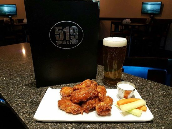 Walkerton, แคนาดา: Wing nights on Thursday!  Pound and pint for $16