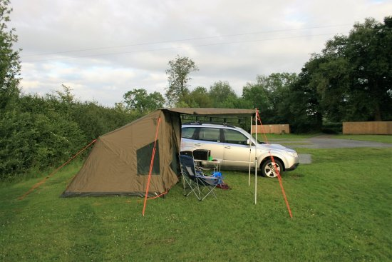 Melverley, UK : Camping grounds with electric hook-up for the tent.