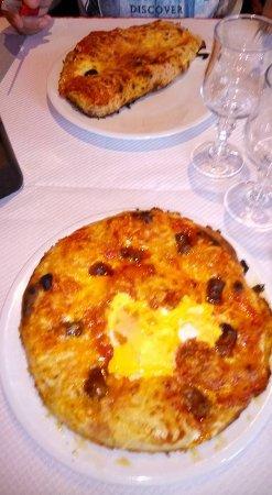 Wintzenheim, France: Pizza merguez et calzone......indigne d ne pizzeria, cuite dans une poêle à mon avis ....